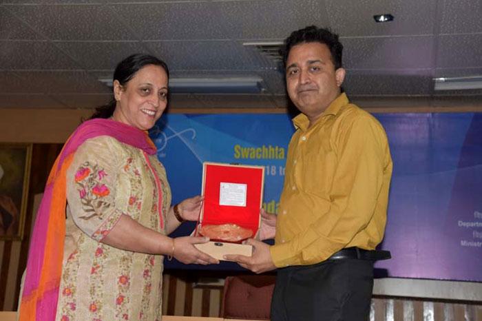 Dr. Vinay Gupta, Senior Scientist, CSIR receiving Token of Appreciation from  Smt. Sadhna Relia, Scientist 'G', DST