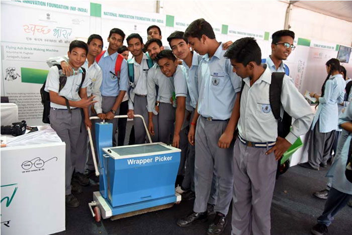 Students of Navyug School, New Delhi, with a Model of Wrapper Picker displayed  in the Exhibition during Swachhta Pakhwada