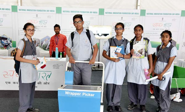 Students of Chinmaya Vidyalaya, New Delhi with Model of Wrapper Picker in an  Exhibition organised by DST during Swachhta Pakhwada