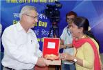 Dr. Anita Aggarwal, Scientist, DST presenting memento to  Dr. Ajay Kumar Tyagi from Shri Ram Institute of Industrial Research  (for their contributions in the area of Waste Management Technologies)  in the Swacchta Packwada Program  arranged at Technology Bhawan, DST on May 1st, 2018