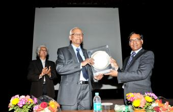 Secretary DST presenting momento to Dr RA Mashelkar at IITD seminar hall