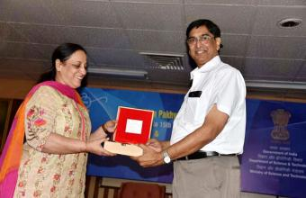 Dr. A.K. Saxena, Addl. General Manager & Head, BHEL (Gurugram), receiving  Token of Appreciation from Smt. Sadhna Relia, Scientist 'G', DST